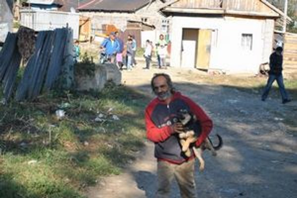 Osadníci. Niektorí sa dobrovoľne vzdali svojich psov.