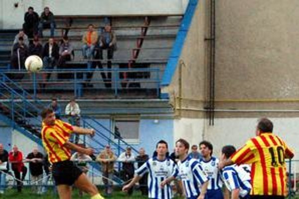 Návrat. Z. Kubesa (vo výskoku) hrá opäť futbal.