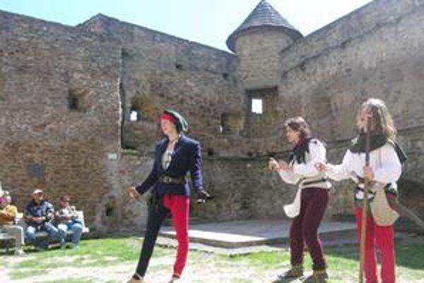 Zbojníci. Návštevníci mohli na hrade vidieť niekoľko scénok. Jednu z nich ponúkli aj zbojníci.