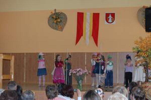 Oslavy. Pozerať sa na tieto rozkošne tancujúce detičky bola ohromná radosť