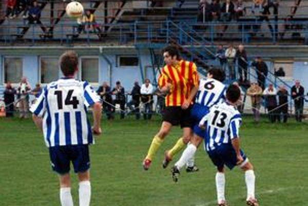 Jeho gól nestačil. Maník (druhý zľava) v Plavnici skóroval.