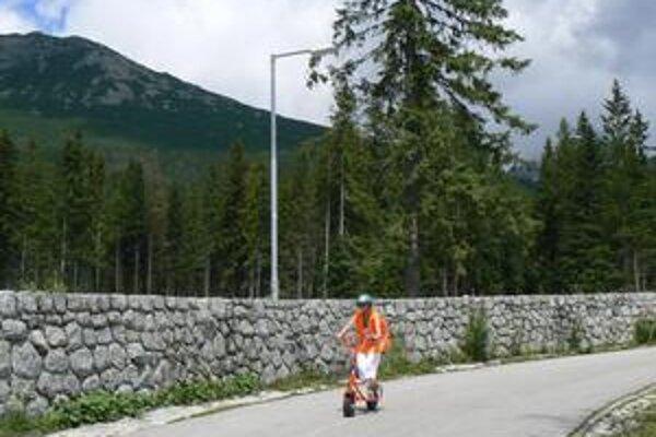 Strminou z Hrebienka dodržať predpísanú dvadsiatku je problém pre mnohých cyklistov a kolobežkárov.