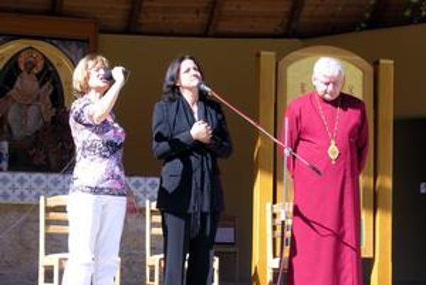 Vizionárka Myrna (v strede) veriacich oslovovala v prítomnosti vladyku Jána Babjaka. Vľavo s mikrofónom je tlmočníčka.