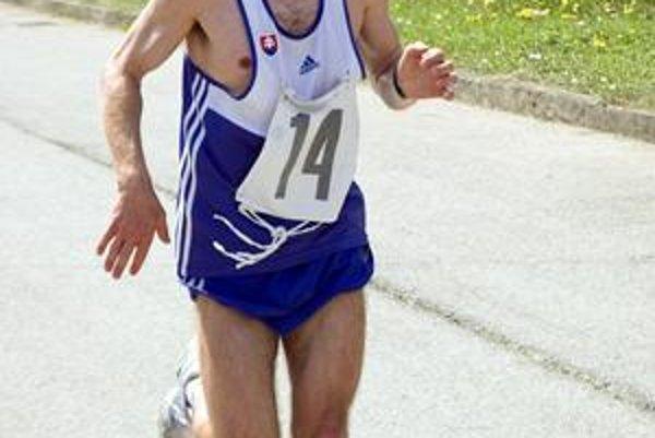 Vedie celoslovenské tabuľky. Popradčan Jozef Dubašák na trati.