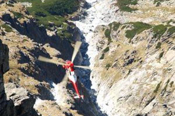 Miesto nešťastia. Na pomoc letel vrtuľník poľských záchranárov, keďže ich slovenským kolegom výjazd znemožnilo zlé počasie. Na snímke prílet záchranárov pod stenu Lomnického štítu.