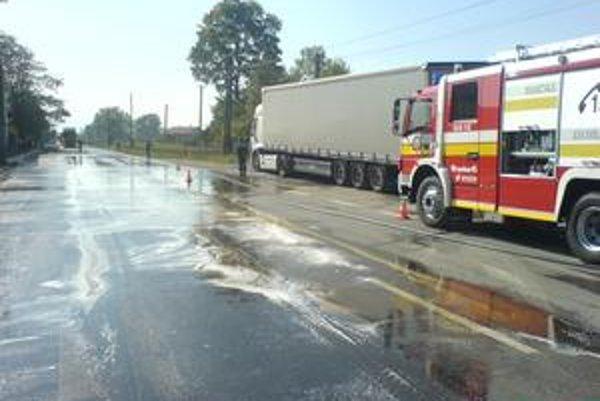 Z tohto kamióna vytieklo vo Veľkej Lomnici veľké množstvo nafty. Znečisteniu spodných vôd a hroziacemu nebezpečenstvu zabránili hasiči z Kežmarku.