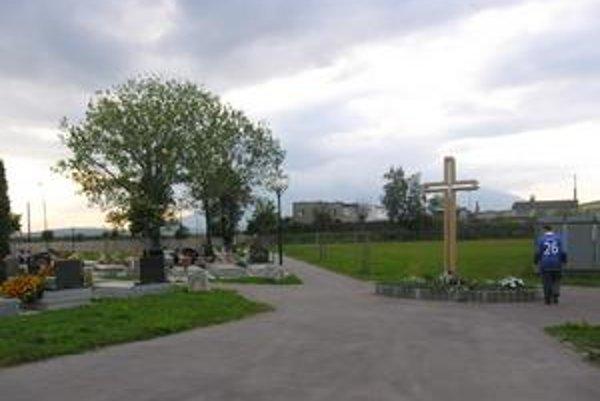 Cintorín v Spišskej Belej. Pôvodné hroby sú ešte z 18. storočia. Vtedy bol cintorín na okraji mesta, rozvojom sa však dostal do jeho stredu. Nová, rozšírená časť vznikla na ihrisku, ktoré naďalej využívajú  deti.
