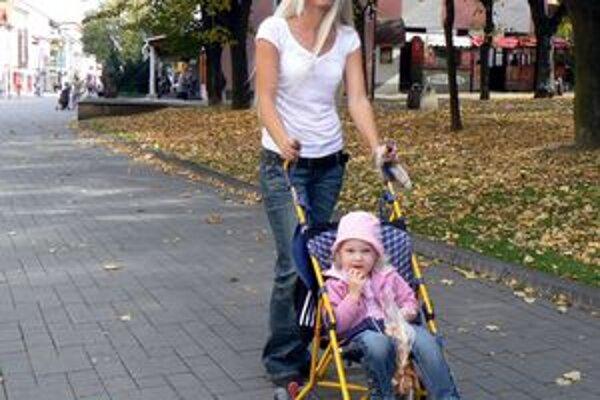 Popradčanka Anna Miklušová na prechádzke s dcérkou Nikolkou. Slnečné a teplé počasie im zdvihlo náladu.