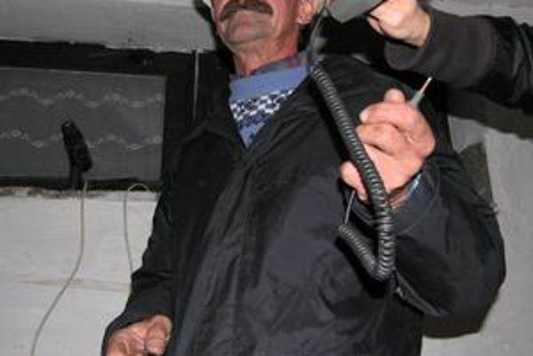 Pán Jozef. Hovorí, že o strachu pred elektrinou sa nedá premýšľať.