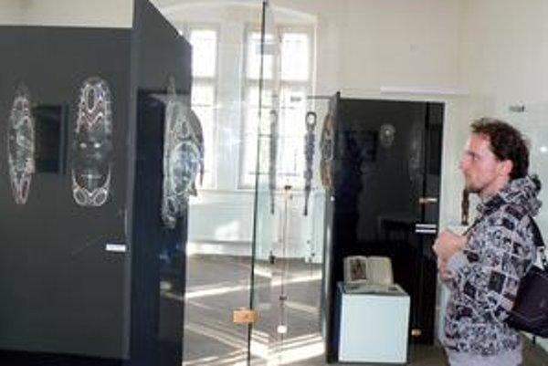 Marek Ružinský. Masky ho zaujali. Okrem nich výstava ukazuje aj štýly papuánskeho oblečenia a nástrojov.