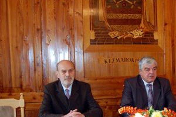 Nezvyčajný pohľad. Počas dlhoročného sporu bol pokus urobiť spoločnú fotografiu primátora Šajtlavu (vpravo) a starostu Dovjaka raritou.