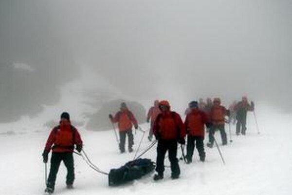 Posledná cesta zo štítov. Tak ako v posledných dňoch aj počas záchrannej akcie vládlo nepriaznivé veterné počasie.