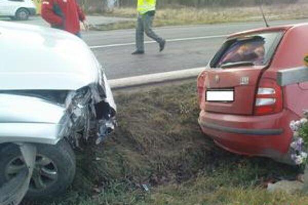 Tri autá v sebe. Červená škodovka zišla mimo cesty. Zastala vedľa miesta dávnejšej tragédie.