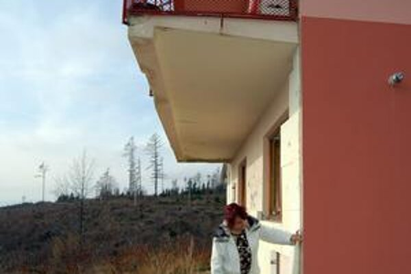 Centimetre a balkóny. M. Blizmanová ukazuje na sporné tri centimetre. Balkóny zasahujú k susedovi ešte hlbšie.