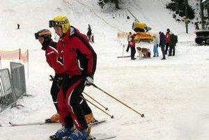 Čoraz viac lyžiarov na svahoch nosí ochranné prilby. Odborníci a aj záchranári ich jednoznačne odporúčajú.