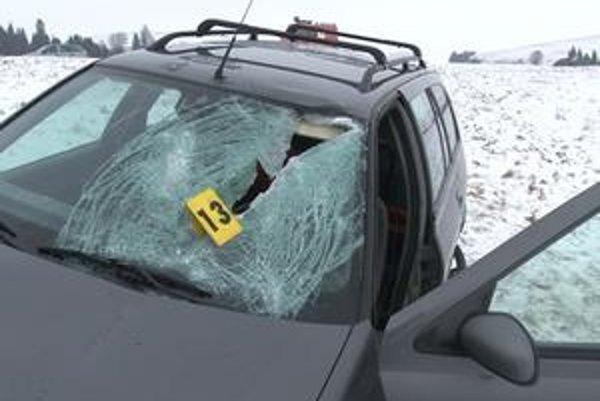 Neuveriteľné. Ťažký ľad takto prerazil sklo a poranil vodičku.