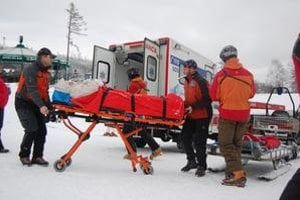 Sanitka. Ľahšie ranených pacientov zo saní za snežným skútrom naložia do sanitky. Priamo zo svahu ich prevezú do nemocnice.