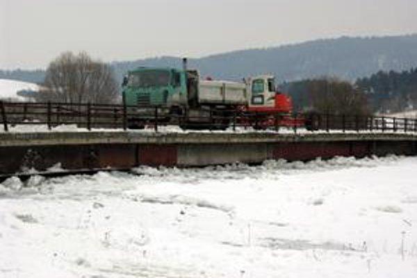Pred týždňom. Ohrozený bol v tom čase aj most. Voda a ľady sa ho doslova dotýkali. Dnes je situácia omnoho lepšia.
