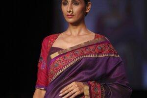 Módna kreácia návrhárky Shruti Sanchetiovej počas týždňa módy Lakmé v indickom Bombaji.