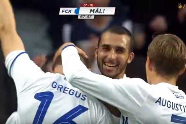 Ján Greguš prijíma gratulácie od spoluhráčov v tíme FC Kodaň.