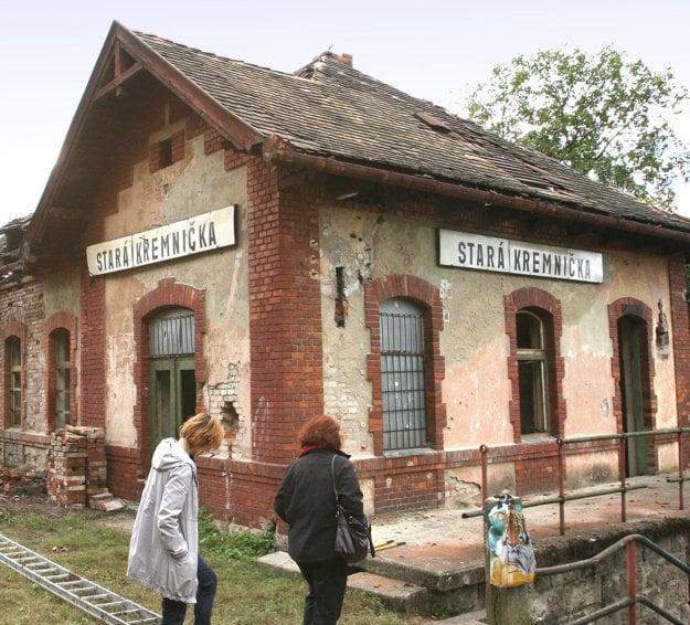 Takto stanica vyzerala v roku 2011. František Kovár sa obáva,že kým sa železnice rozhodnú, čo s ňou, spadne.