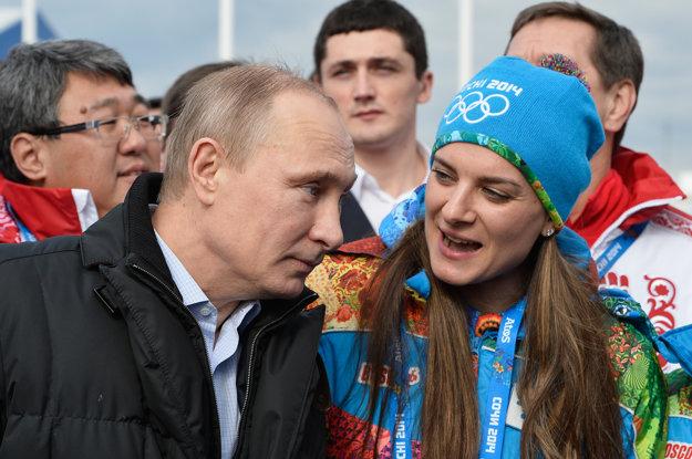 Jelena Isinbajevová (vpravo) v rozhovore s Vladimirom Putinom.