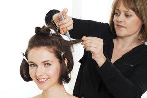 Vlasy rozdelené do jednotlivých dielov natupírujte.