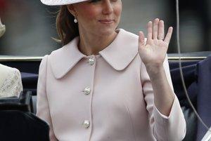 Kate v ružovom kabáte značky Alexander<br>McQueen a klobúku od Jane Corbett, ktoré mala oblečené na ceremoniáli Trooping the Colour.