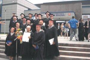 Absolventi Univerzity tretieho veku na Jesseniovej lekárskej fakulte UK v Martine.