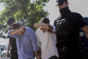 Členovia tureckej posádky v rukách gréckej polície.