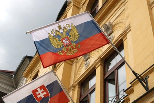 Kotleba nedávno privítal ruských nočných vlkov prezidentskou vlajkou Ruskej federácie na budove svojho úradu.