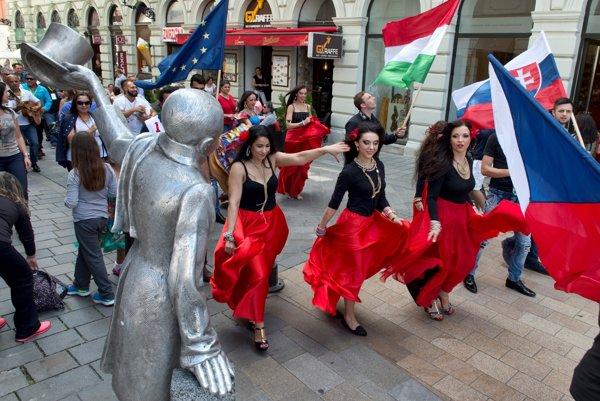 Súčasťou festivalu Gypsy Fest je defilé v historickom centre Bratislavy. Tento rok sa sprievod uskutoční v sobotu 23. 7. o 13-tej hodine.