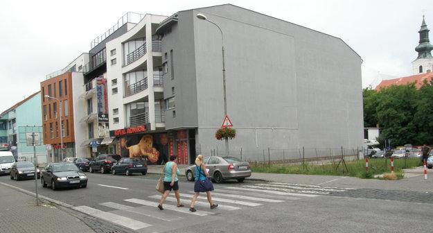 Mesto dalo nasvetliť aj tento priechod na Mostnej ulici.