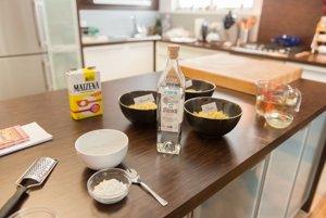 Tri druhy strúhaného švajčiarskeho syra na prípravu fondue - Appenzeller, Gruyére a Emmentaler.