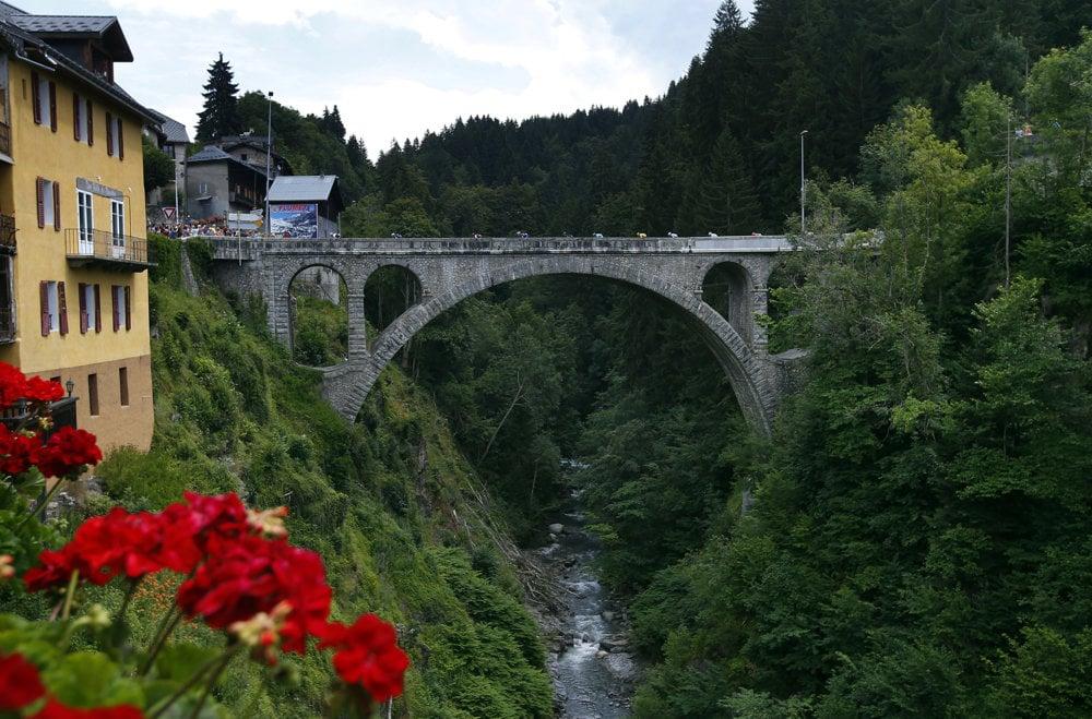 Jazdci išli cez most vo Flumet.
