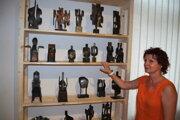 Kurátorka výstavy Ela Porubänová predstavuje vystavené sochy.