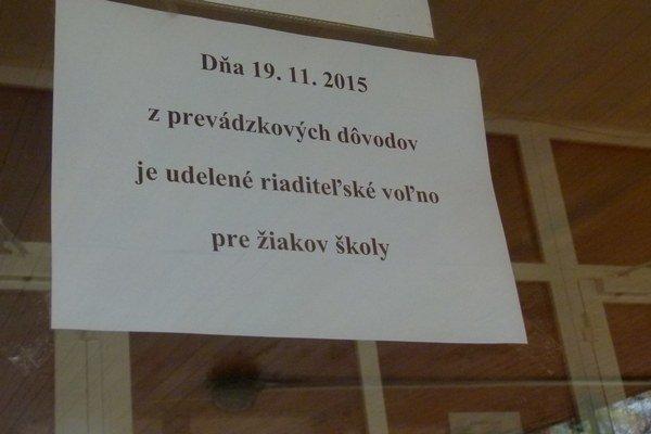 Aj na niekoľkých školách v Levickom okrese dnes viseli podobné oznamy.