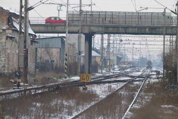 Kým nestál nadjazd, kúsok od železničnej stanice bolo železničné priecestie.
