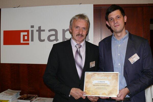 Starosta obce Tibor Čičmanec (vľavo) a správca obecného webu Roman Kozák prevzali ocenenie v súťaži.