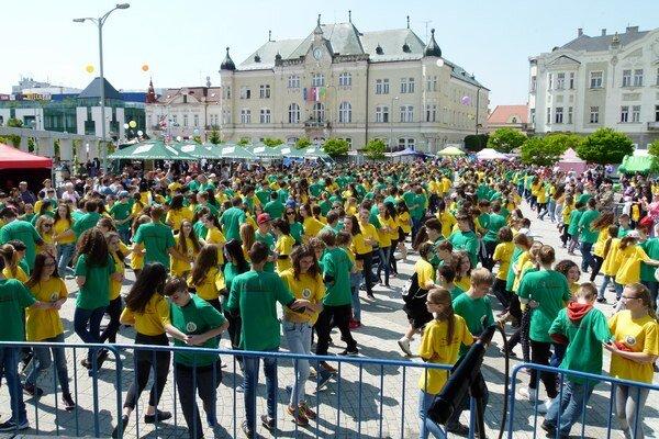 Na námestí napoludnie tancovalo štvorylku 862 tanečníkov.