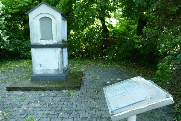 Ešte pred pár dňami vyzeralo okolie pamätníka takto. Medzičasom ho brigádnici upravili.
