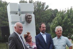 Autor Peter Mészároš (druhý sprava) spolu s bratom Antona Srholca, ktorého pamätník vytvoril.