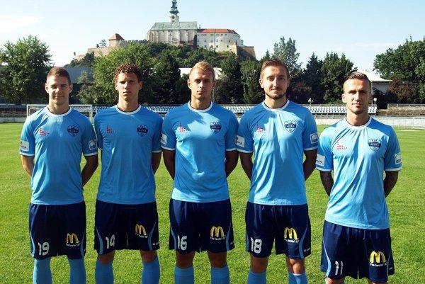 Päť letných posíl FC Nitra – zľava Filip Žák, Miloš Šimončič, Ondřej Vencl, Jan Shejbal a Ján Chovanec.