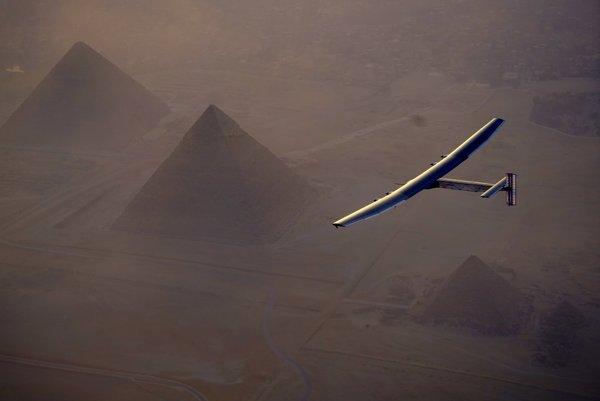 Solárne lietadlo Solar Impulse 2 pri prelete nad pyramídami v Káhire.