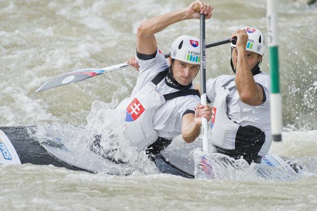 Reprezentanti Slovenska vo vodnom slalome v kategórii C2 Ladislav (vpredu) a Peter Škantárovci.