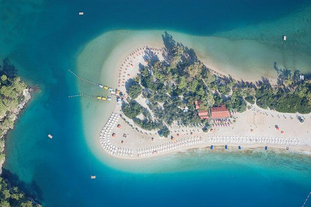 Pláž Ölüdeniz. Turecko.