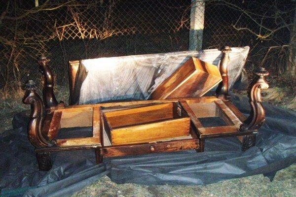 Tento stôl nevyradili, ale rovno ukradli a potom pohodili pri plote záhradkárskej osady.