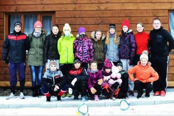Mladé Novozámčanky spolu srealizačným tímom pred chatou Kmínek vMoravsko-sliezskych Beskydách.