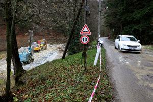 Prístupová cesta k lyžiarskemu centra v niektorých úsekoch poklesla.