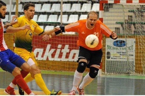 Hrdinom regionálneho derby Nové Zámky – Levice bol brankár MFK TW Tomáš Sládeček (v oranžovom).